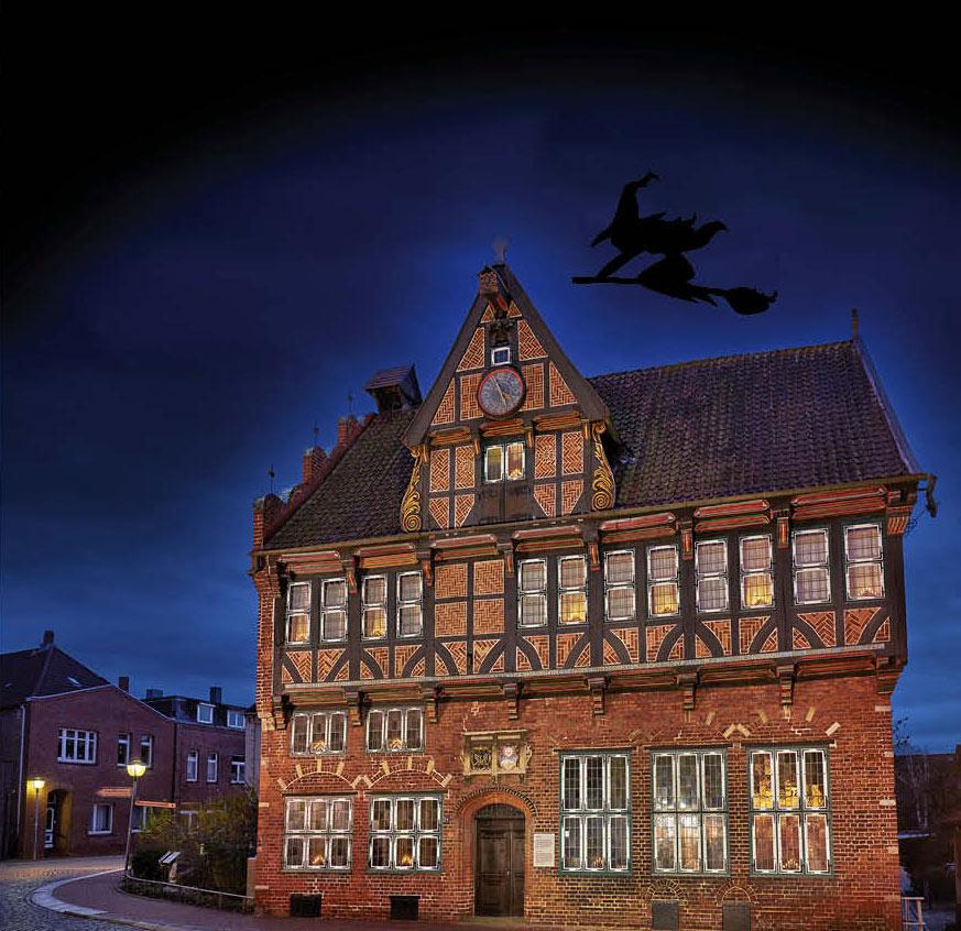 Rathaus Wilster mit Hexe